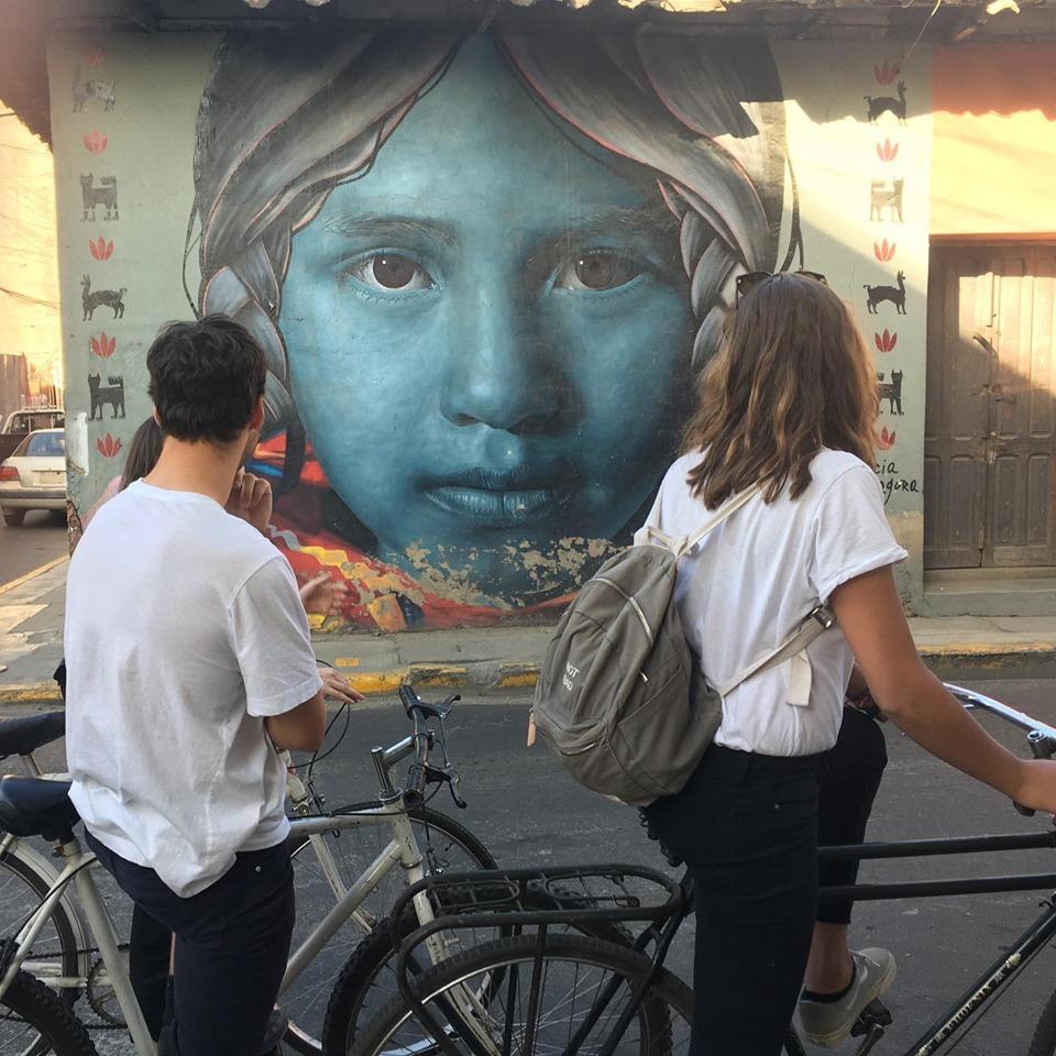 Turistas dando paseo con Bike Art Cocha